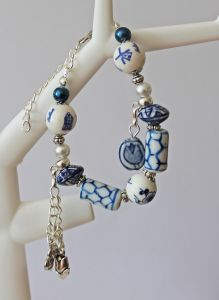 Armband delftsblauw met bedeltjes 014