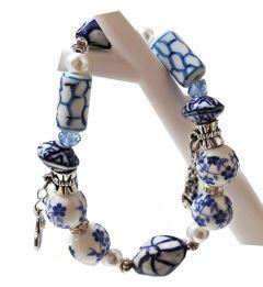 Armband met bedeltjes en delftsblauwe kralen