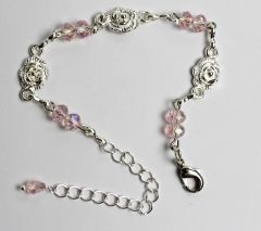 Kinderarmband licht roze kristal met verzilverde roosjes