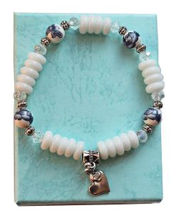 Armband witte kralen met delftsblauw 02