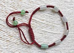 Armband bordeaux rood met groenige kralen