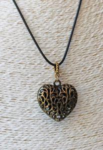 Ketting met bronskleurig hartje aan veter