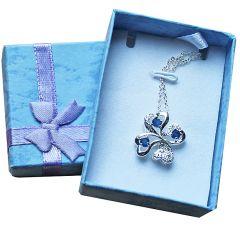 Ketting met verzilverde Klaver 4 hanger en blauwe zirconia steentjes in cadeau doosje