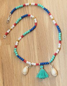 Halsketting rocaille kraaltjes turkoois/blauw/wit met schelpjes en kwastje