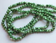 Glaskraal rond classic groen-wit gemeleerd, 6mm. Per 50 stuks.