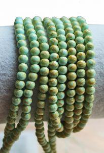 Glaskraal rond zacht turkoois lichtblauw groen met bruinig, 4mm. Per 50 stuks.