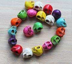 Keramiek kraal Skull / doodshoofd 20x15mm, willekeurige kleur.
