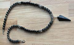 Ketting zwarte Agaat, Lava en Hematiet kralen met pijlpunt hanger