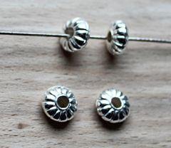 Kraal  metal look zilverkleurige rondel 8x4mm. Per 5 stuks.