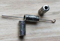 Kraal  metal look  buisje 13x6mm. Per 2 stuks.