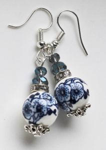 Oorbellen blauwe bloem met facetkraaltjes