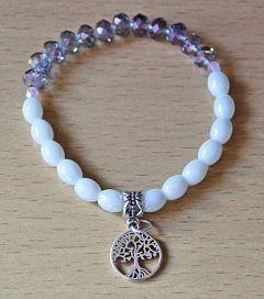 Armband witte ovalen kralen en lila transparante kralen met bedeltje