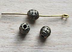 Metalen kraal ovaal, oudbronskleurig.  Per 2 stuks