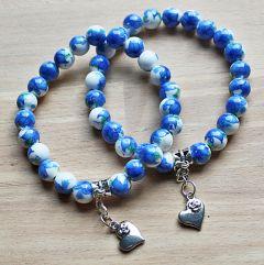 Armband met blauwe bloemkralen en hartjes bedel