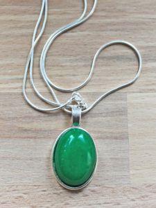 Halsketting met hanger jade groen 25x20mm.