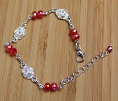Kinderarmband rode kristal kralen met verzilverde roosjes