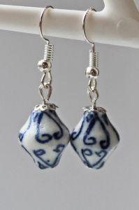 Oorbellen delftsblauwe lantaarn kraal