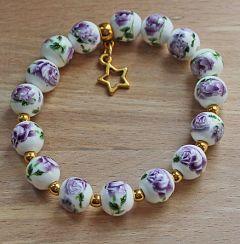 Armband 10mm kralen met lila bloem en bedeltje