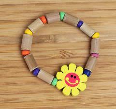 Kinderarmband van houten kralen en een geel zonnetje