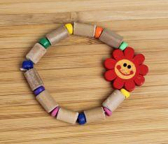 Kinderarmband van houten kralen met een rood zonnetje