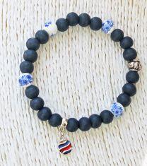 Armband blauwe houten kralen met delftsblauw keramiek en bedeltje