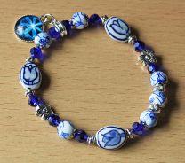 Armband delftsblauwe tulp kralen en blauwe bedel 016