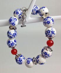 Armband delftsblauw met rode agaatkralen en molenbedel