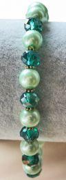 Armband zacht groene glasparels en facetgeslepen glaskralen