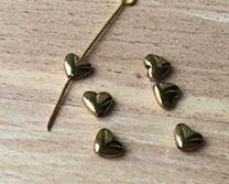 Hematiet mini hartje goudkleurig, 6mm. Per 2 stuks.