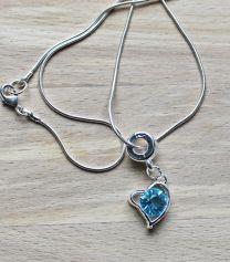 Ketting zilverkleurig, hangertje met blauw kristal steentje