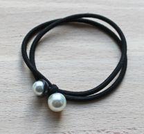 Armband zwart elastiek met pareltje