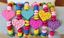 Kinderarmband gekleurde houten kralen met hartje