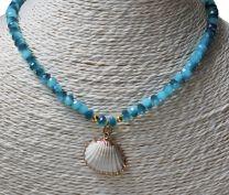 Ketting facetgeslepen blauwe kraaltjes met witte schelp