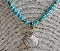 Ketting turkoois blauwe kralen met witte schelp hanger
