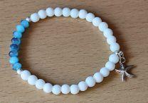 Armband witte 6mm kralen en blauwe facetgeslepen kralen met bedeltje