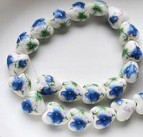 Keramiek hartje blauwe bloem 11x12mm. Per stuk.