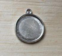 Kastje zilverkleurig met plakvlak 15mm. Per stuk.