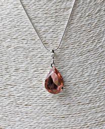 Halsketting met peervormige facet geslepen roze/rode glazen hanger