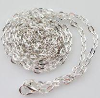 Verzilverde ketting met fijne platte schakeltjes en slotje, 50cm.