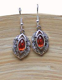 Oorbellen zilverkleurig metaal, oranje-rood steentje en strass