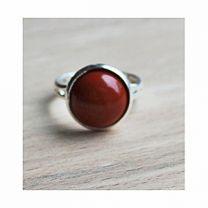 Ring met rode jaspis steen, maat 17, verstelbaar.